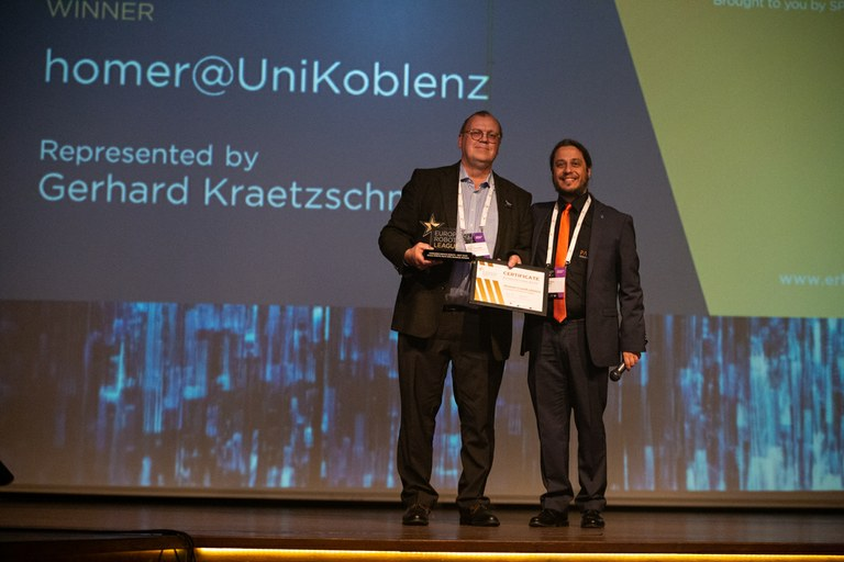V.l.n.r. Prof. Dr. Gerhard Kraetzschmar in Vertretung des Teams und Francesco Ferro,‎ CEO der Firma PAL Robotics. Bild: Visual Outcasts