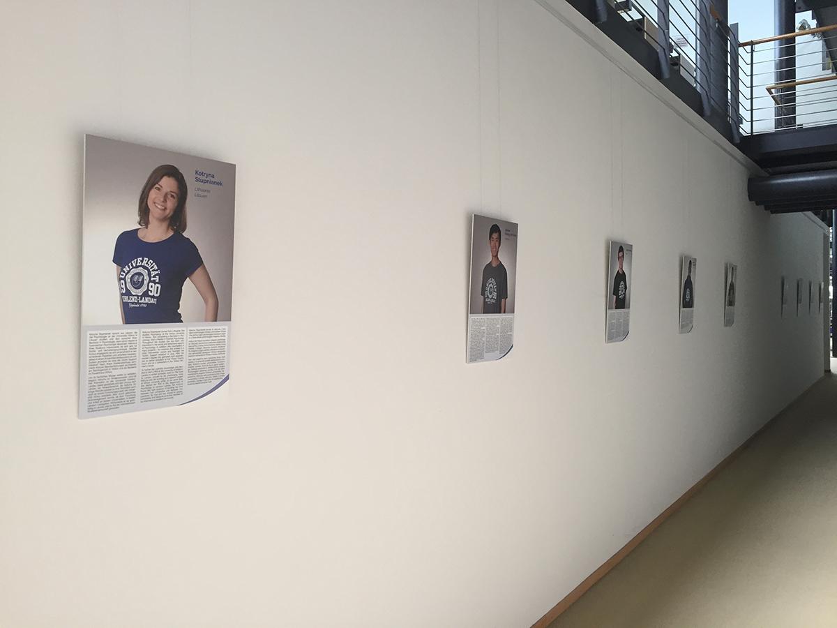 """Die Ausstellung """"University of Koblenz-Landau Goes International"""" zeigt, wie international der Campus Landau heute schon ist. Die Fotoschau ist noch bis Ende Oktober in der Landauer Universitätsbibliothek zu sehen.  Foto: Marion Kraft"""