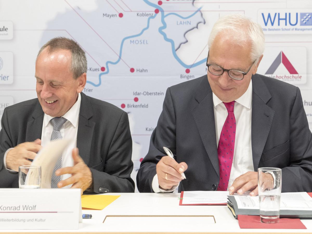 Universitätspräsident Roman Heiligenthal (rechts) mit Wissenschaftsminister Konrad Wolf bei der Unterzeichnung der Zielvereinbarung zur Forschungsinitiative. Foto: Stefan Sämmer