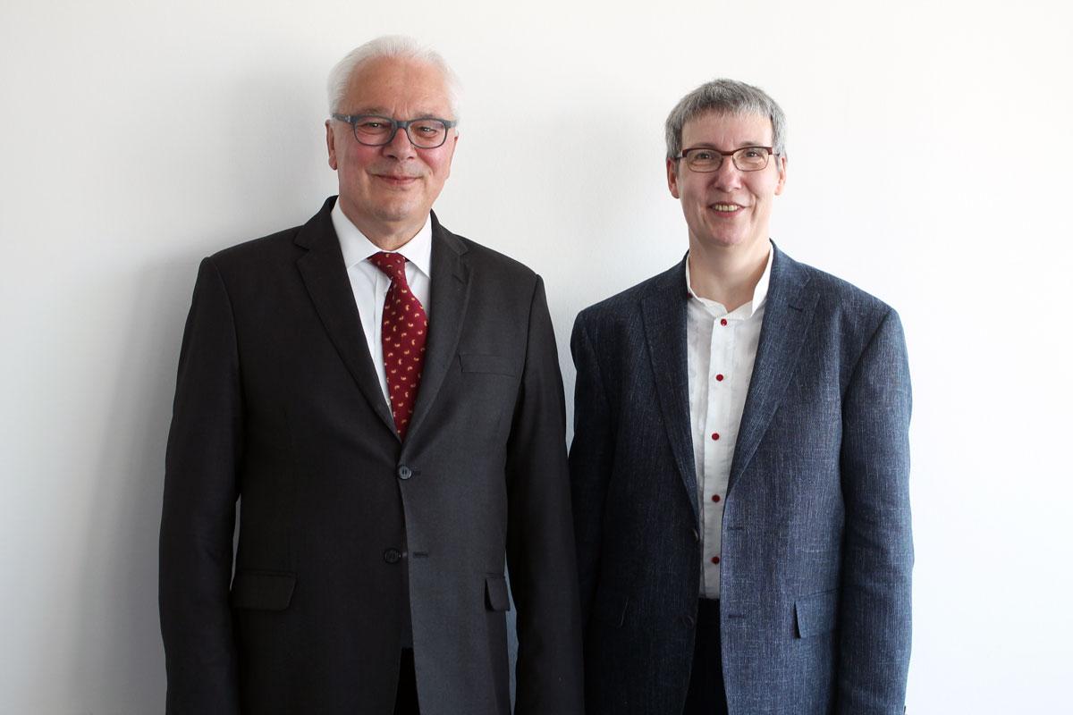 Prof. Dr. May-Britt Kallenrode wurde zur neuen Universitätspräsidentin gewählt. Sie übernimmt am 1. Oktober das Amt von Prof. Dr. Roman Heiligenthal (links).