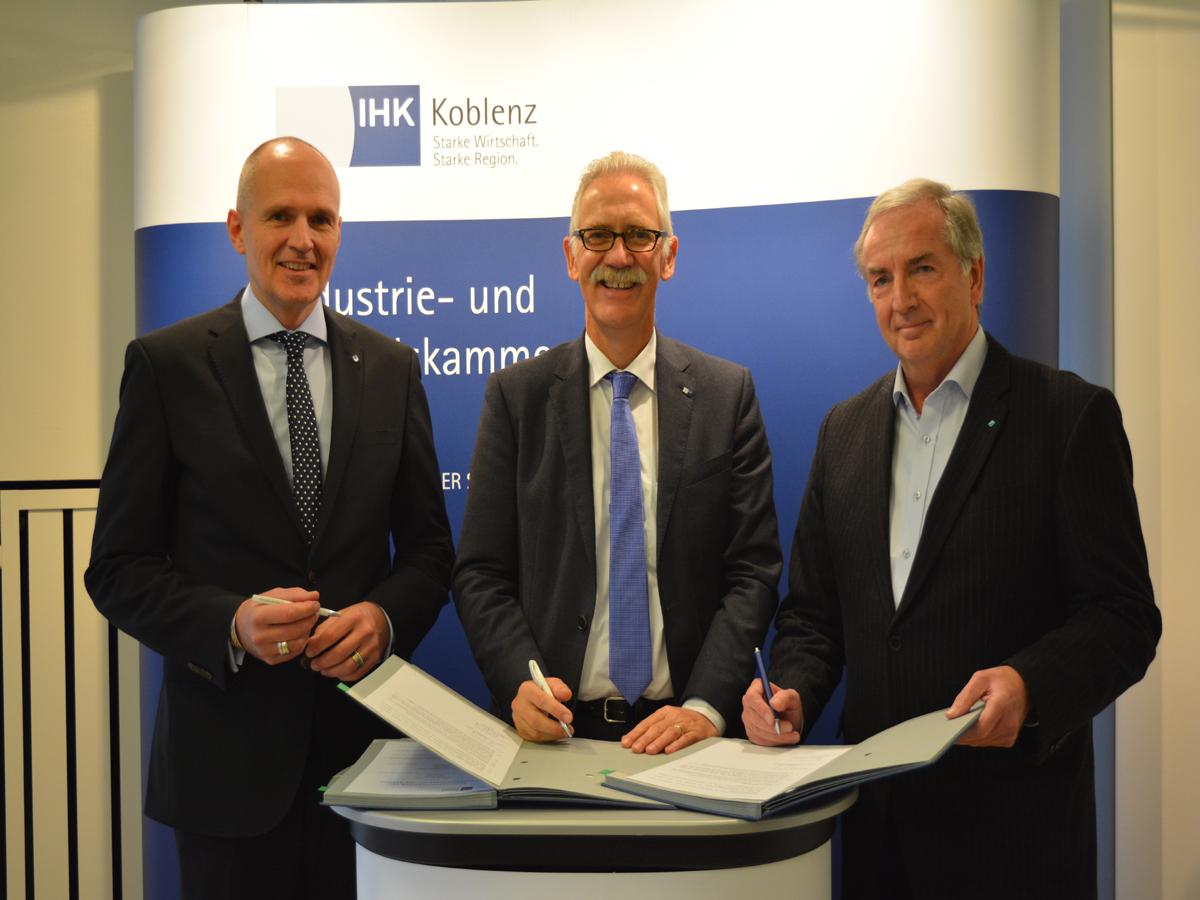 Stärken die Kooperation durch eine neue Datenbank: Prof. Dr. Harald von Korflesch, Arne Rössel, Prof. Dr. Dietrich Holz (v.l.n.r.). Bild: IHK Koblenz