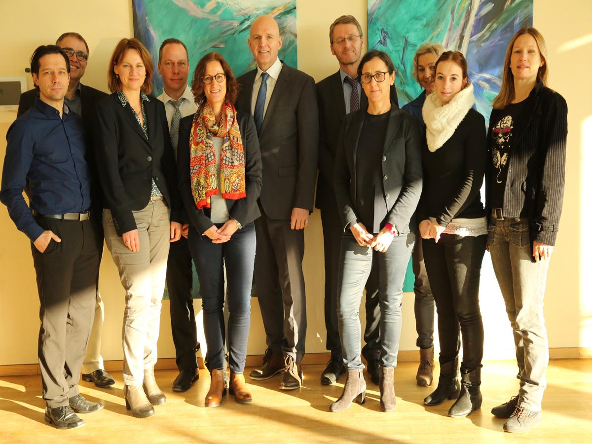 Ein starkes, kooperatives Team - die Steuerungsgruppe um Prof. Dr. Harald von Korflesch (6. v.l.) und Petra Dann (3.v.r.)