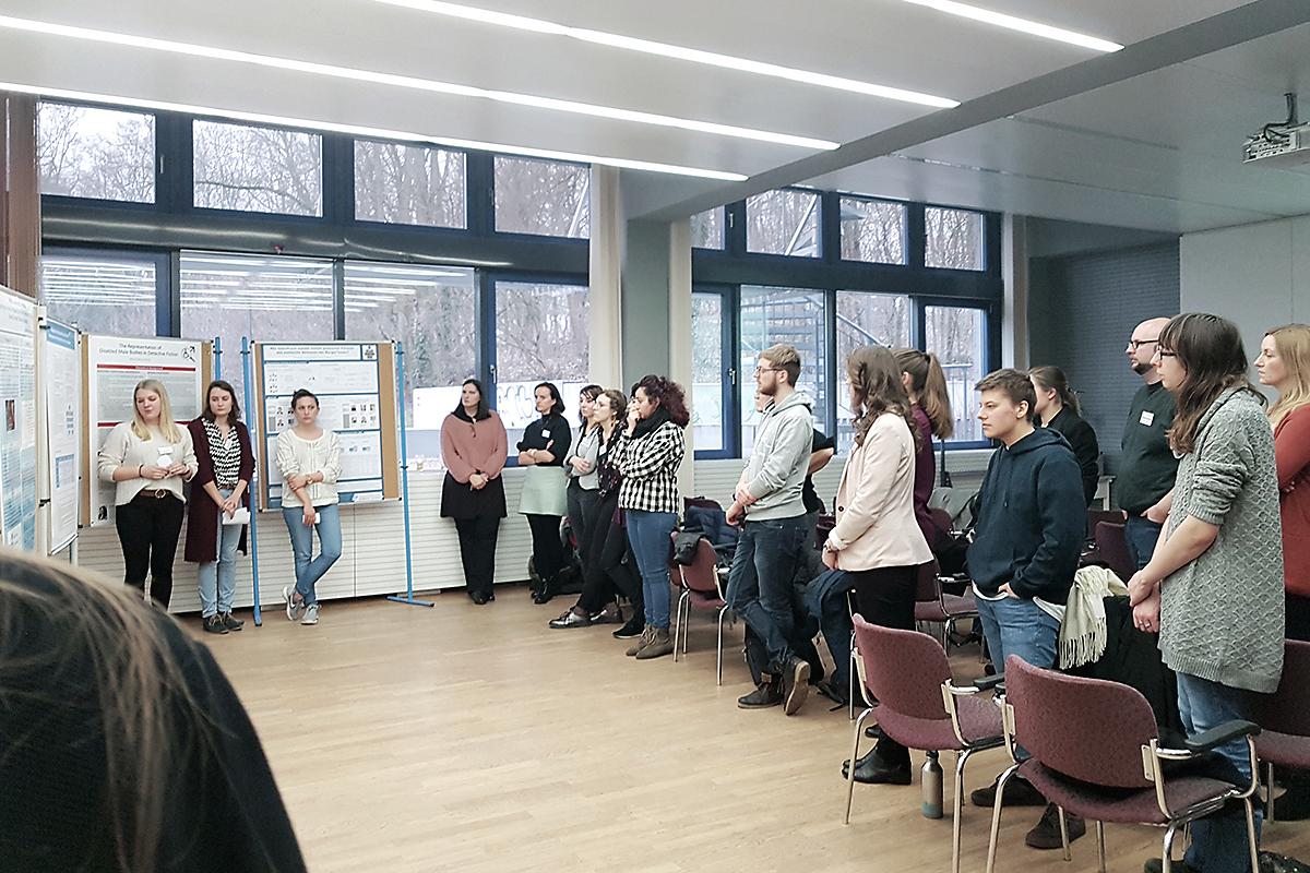 """Teilnehmerinnen und Teilnehmer des 5. Forschungstages """"Gender & Diversity"""" während einer der Posterpräsenationen."""