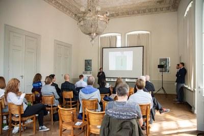 Claudia Seiffert vom Landes-Stiftung Arp Museum Bahnhof Rolandseck begrüßt die Gäste zu einem vielfältigen Programm