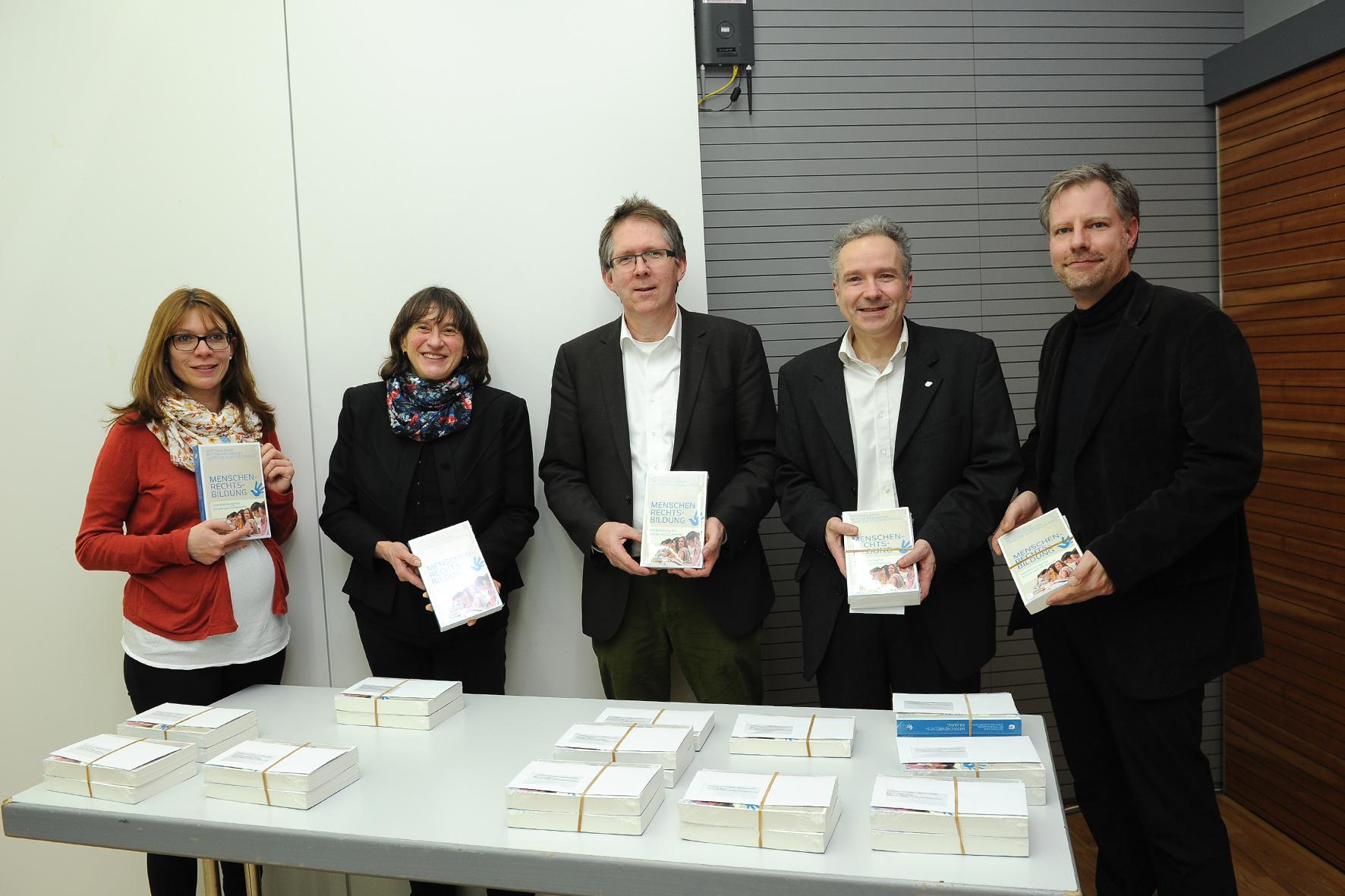 Die Herausgeberinnen und Herausgeber sowie einige Autoren der Handreichung (v.l.n.r.): Dr. Bettina Reichmann, Christine Schowalter, Prof. Dr. Matthias Bahr, Dr. Bernd Engelhart, Dr. Sascha Werthes. Foto: Karin Hiller