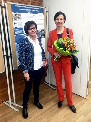 Die Gleichstellungsbeauftragte der Universität Koblenz-Landau, Professorin Dr. Helga Arend, überreichte Bundesverfassungsrichterin Professorin Dr. Gabriele Britz Blumen als Dank für ihren Vortrag.