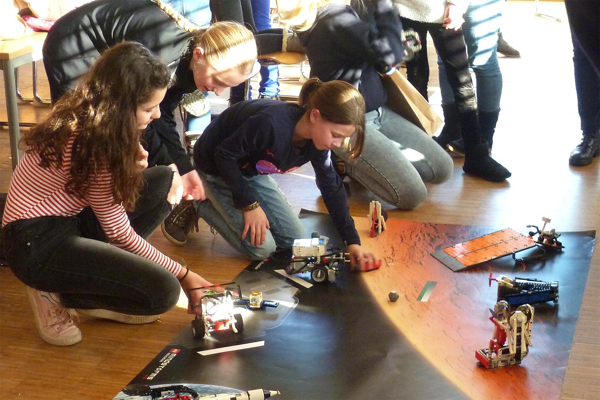 Die Teilnehmerinnen des Roberta-Workshops bauten die Roboter selbständig zusammen, und lernten diese zu programmieren. Foto: Stephanie Justrie