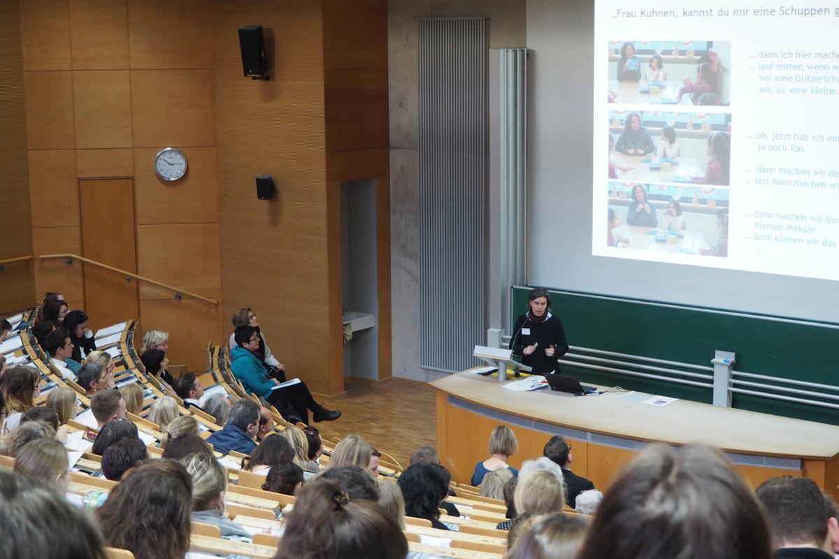 Prof. Dr. Daniela Merklinger informiert vor vollem Hörsaal zum Thema Mehrsprachigkeit. Bild: Hannah Wagner