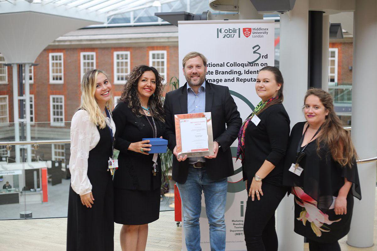Jun.-Prof. Dr. Mario Schaarschmidt, Projektleiter Webutatio, nimmt einen Best Paper Award entgegen. Bild: Schaarschmidt