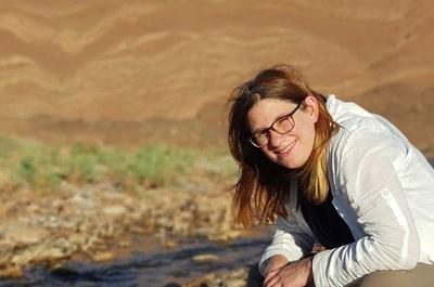 """Juniorprofessorin Dr. Elisabeth Berger wird zu """"Sozial-ökologischen"""" Systemen forschen und den fächerübergreifenden Ansatz stärken. Hier bei der Freilandforschung am Oued (Fluss) Melleh in der Nähe von Ouarzazate, Marokko. Foto: privat"""