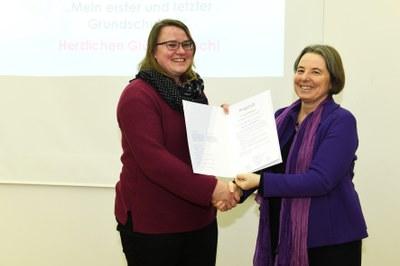 Stolze Preisträgerin: Josefine Zemla (links im Bild) nimmt die Auszeichnung von Vizepräsidentin Prof. Dr. Gabriele E. Schaumann entgegen. Foto: Karin Hiller/Universität Koblenz-Landau