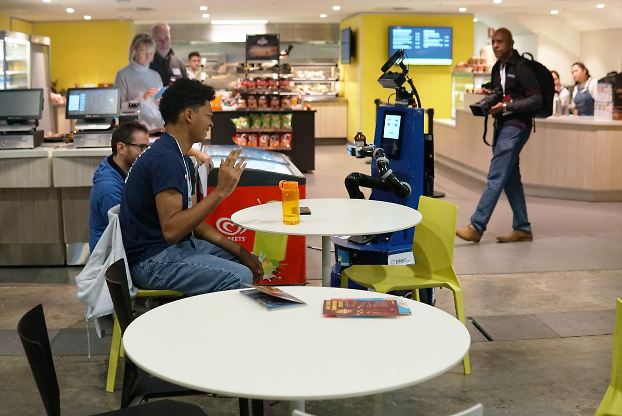 Roboter LISA beim Robocup 2019 in Sydney bedient eine Person in einem unbekannten Restaurant. Insgesamt schaffte es das Team, zwei Personen zu bedienen und drei Bestellungen auszuliefern. Foto: Tem
