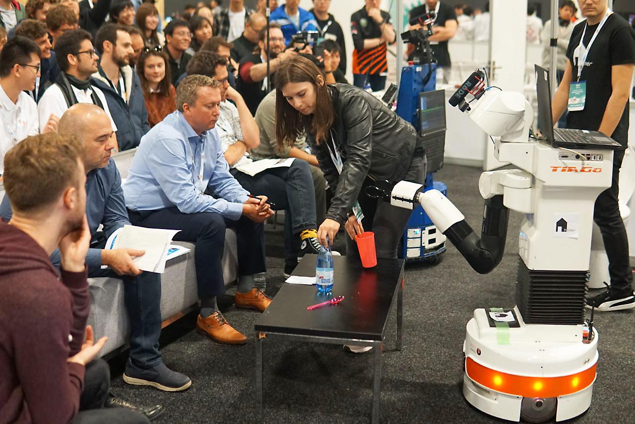 Ida Germann demonstriert im Finale der Jury, wie man dem Roboter neue Aufgaben beibringen. Diese Aufgaben können auf andere Situationen übertragen werden. Foto: Tem