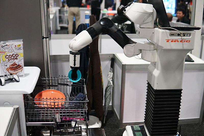 Roboter TIAGo beim Robocup 2019 in Sydney räumt eine Spülmaschine ein. Foto: Tem