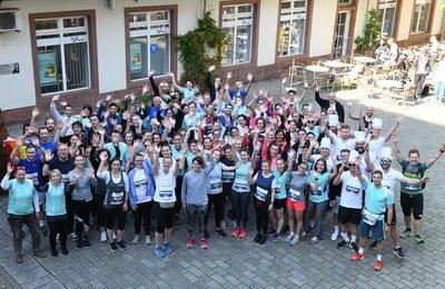 Voller Freude vor dem Lauf im Innenhof der Roten Kaserne: Die Läufergruppe der Universität. Foto: Karin Hiller