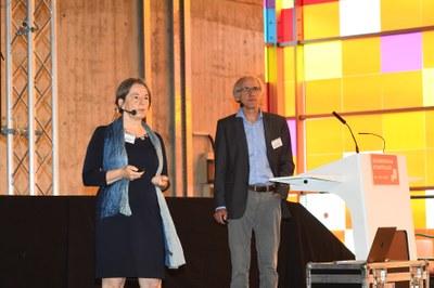 Lenken den Prozess der Zusammenführung der TU Kaiserslautern und des Campus Landau: Prof. Dr. Gabriele E. Schaumann und Prof. Dr. Arnd Poetzsch-Heffter begrüßen die Teilnehmenden des Auftakt-Workshops auf dem Betzenberg. Foto: Karin Hiller