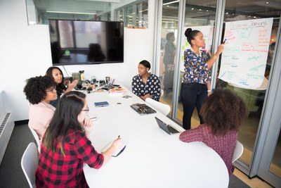 Zugewanderte Akademikerinnen werden gefördert. Bild: pexels