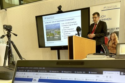 Vizepräsident Prof. Dr. Stefan Wehner stellt die Universität vor.