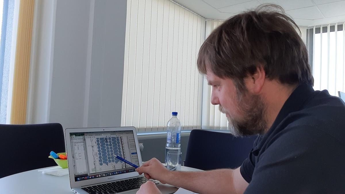 Andreas Tepel, Abteilungsleiter Liegenschaften und Betriebstechnik, erläutert, wie viele Personen, dargestellt als blaue Kreise, in einem Hörsaal Platz nehmen können (Foto: Gerhard Lerch)