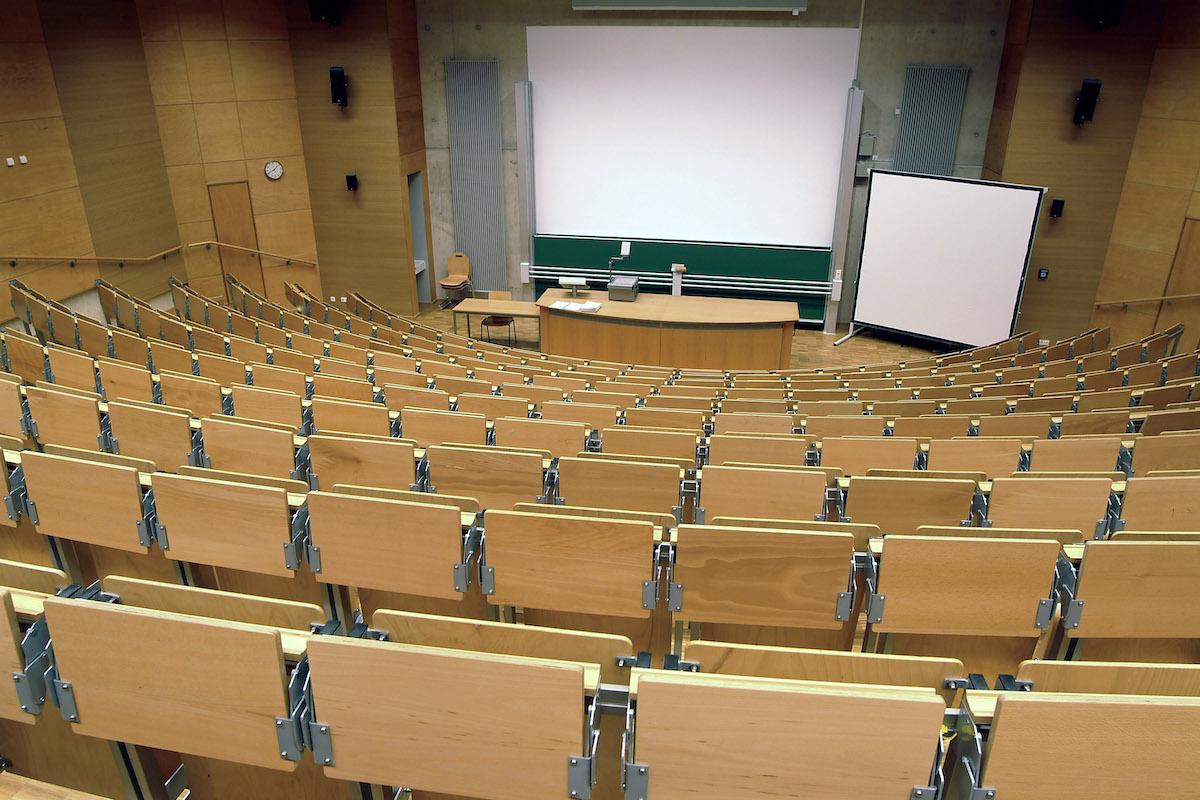 Für jeden Hörsaal stellt sich die Frage, wie viele Personen an einer Prüfung teilnehmen können. Nicht nur der Mindestabstand der Prüfungsteilnehmer muss eingehalten werden. Auch die Frage, wie ein solcher Saal besetzt wird, bedarf einer speziellen Planung (Foto: Campus Koblenz)