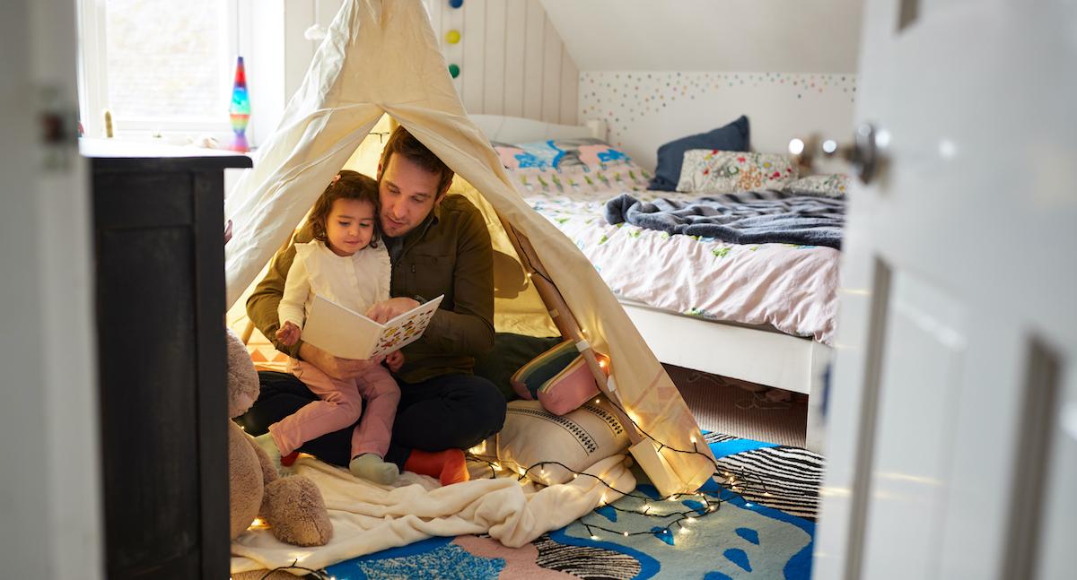 Eine Höhle oder wahlweise ein Zelt im eigenen Zimmer zu bauen kommt bei Kindern immer gut an (Foto: Colourbox)