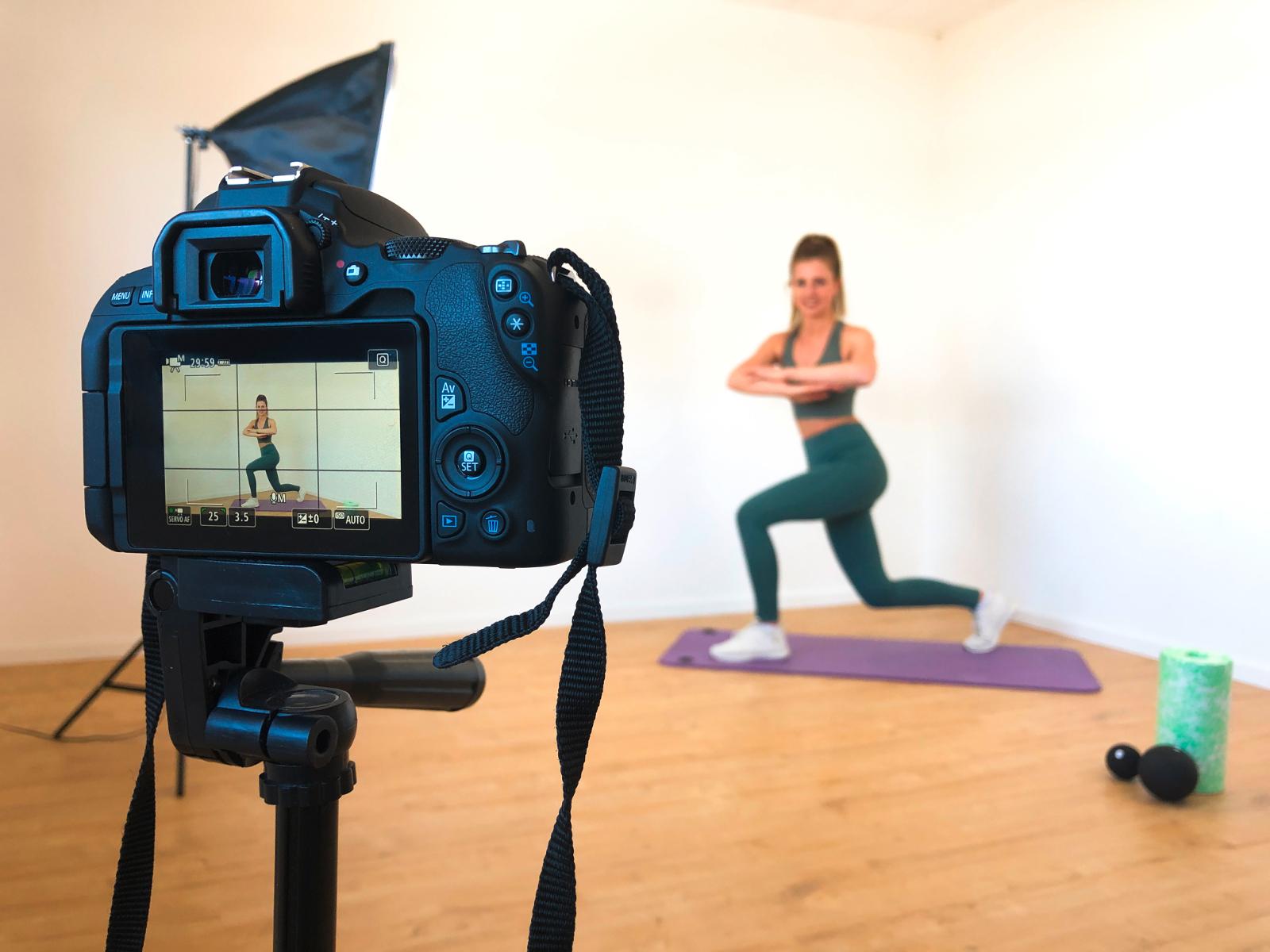 Die ehemalige Koblenzer Studentin Antonia Muriqi bietet jeweils zehnminütige Trainingsprogramme mit Belastungs-, Dehnübungen sowie Tabata an (Foto: Christian Luk Kleinmann)