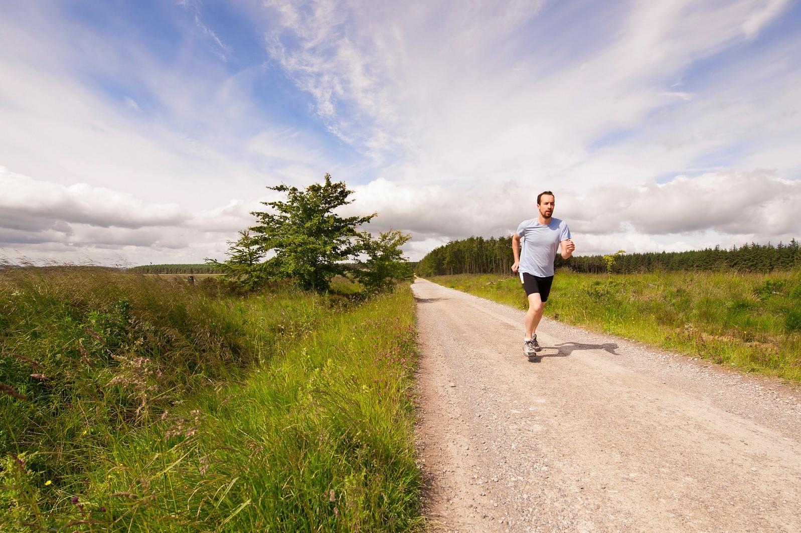 Gerade jetzt ist es wichtig, in Bewegung zu bleiben ist. Draußen zu laufen zum Beispiel tut Körper und Seele gut (Foto: Pixabay)