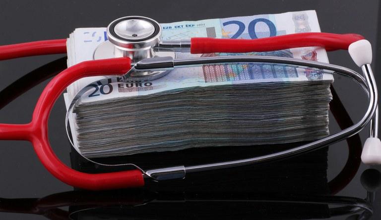 Bild: Genau zuhören, wenn es ums Geldsparen bei der Krankenversicherung geht, dann kann nichts schiefgehen. Bildquelle: jc_cards via pixabay.com