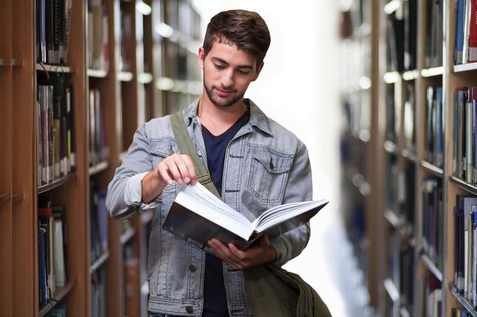 Anstatt sich alle Bücher selbst zu kaufen, kann es günstiger sein, manche in der Uni-Bibliothek auszuleihen. So sparen Studierende bares Geld.
