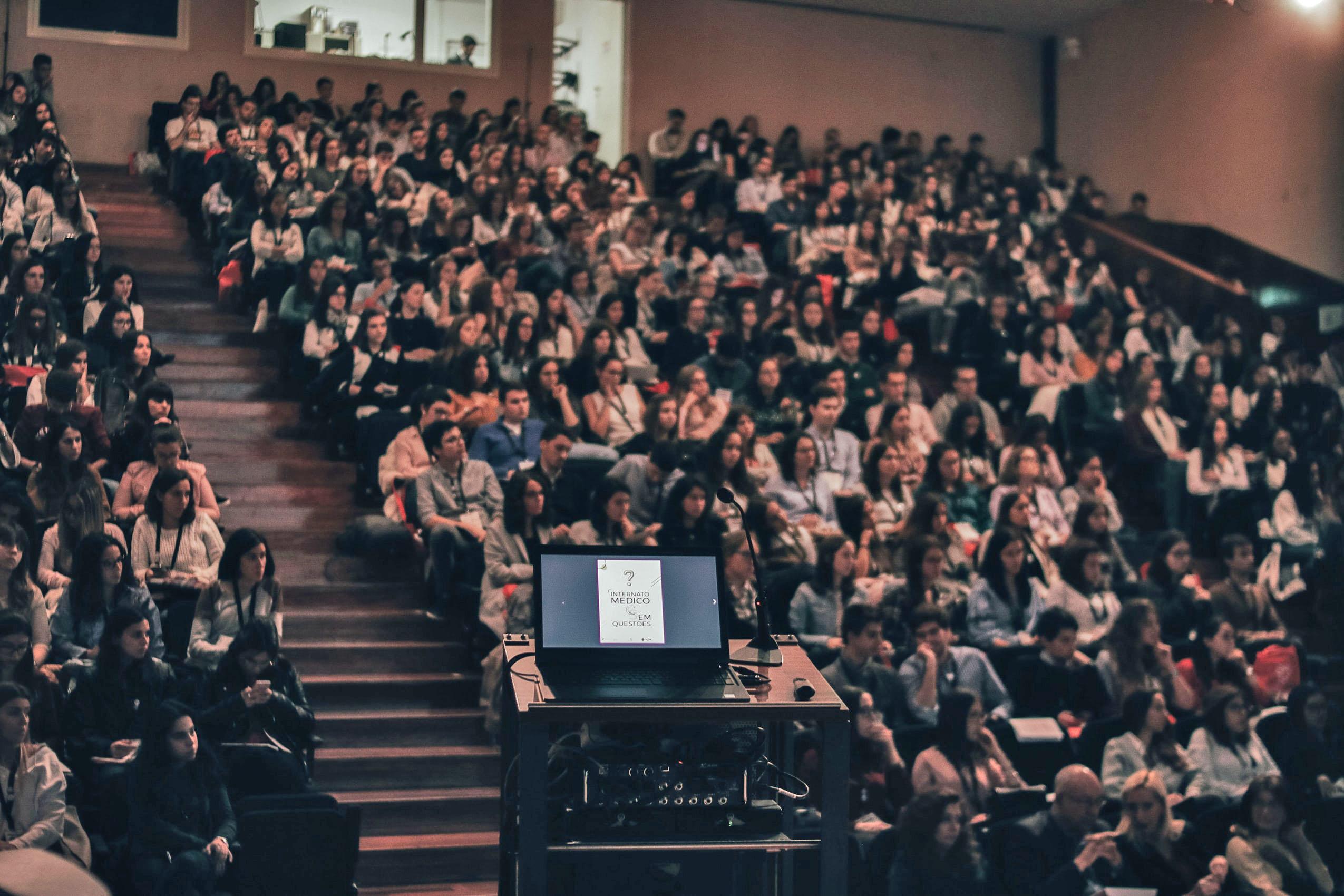 Ansicht eines Vorlesungssaals mit vielen Zuhörern