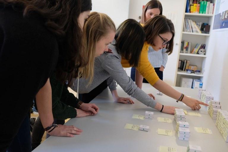 Schlaue Streichhölzer und digitale Verhaltensdaten: Informatik zum Anfassen am Girls Day