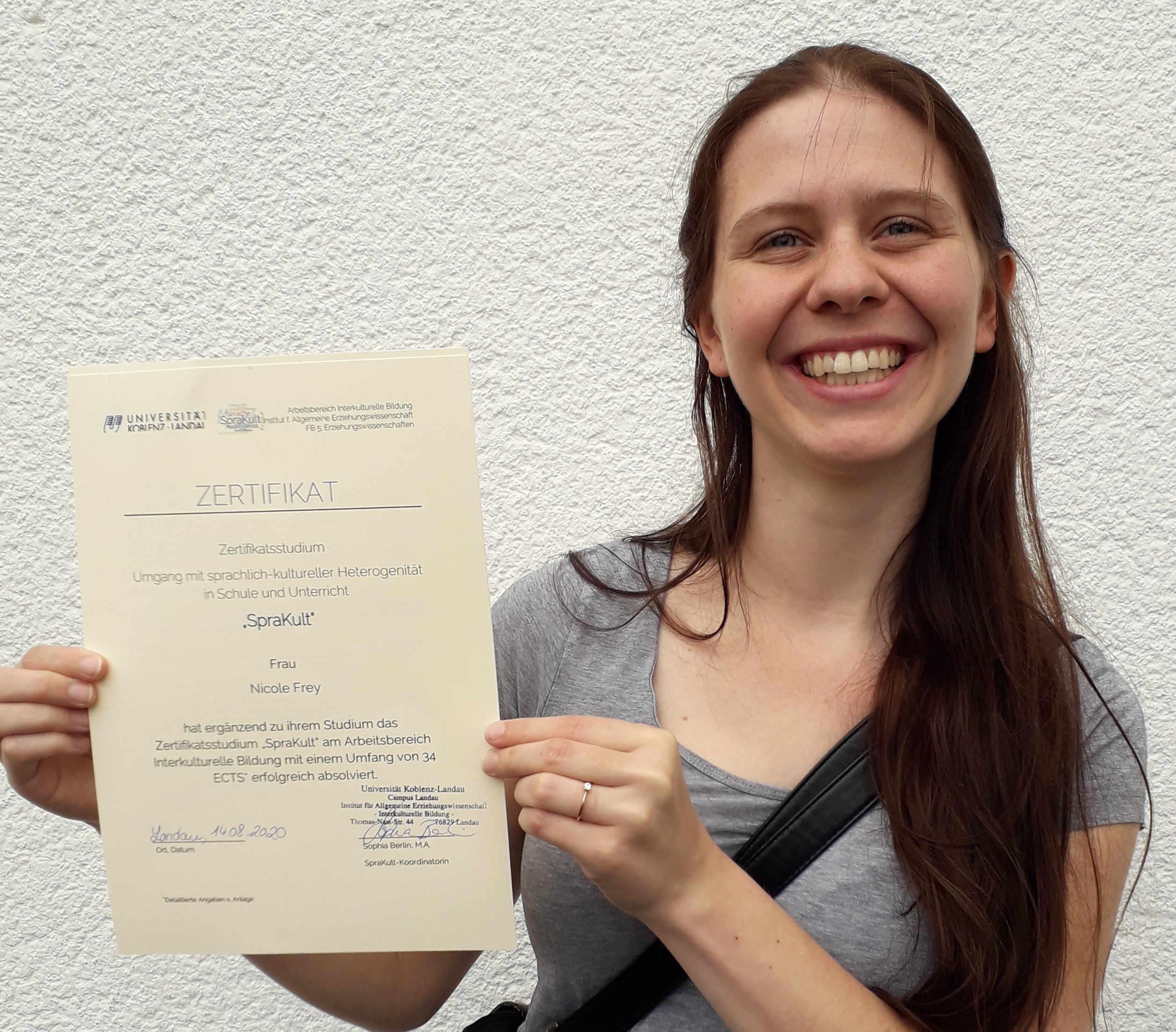 Verleihung Zertifikatsurkunde Frau Frey