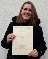 Verleihung Urkunde Alicia Ewerhardy