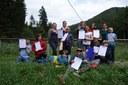 Schulklasse mit Gewässer-Diplom
