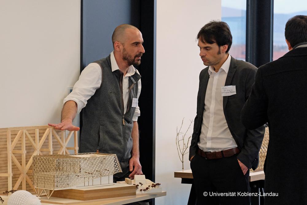 Fachdiskussionen während der Abschlusspräsentation der Entwürfe für das ecoLAB