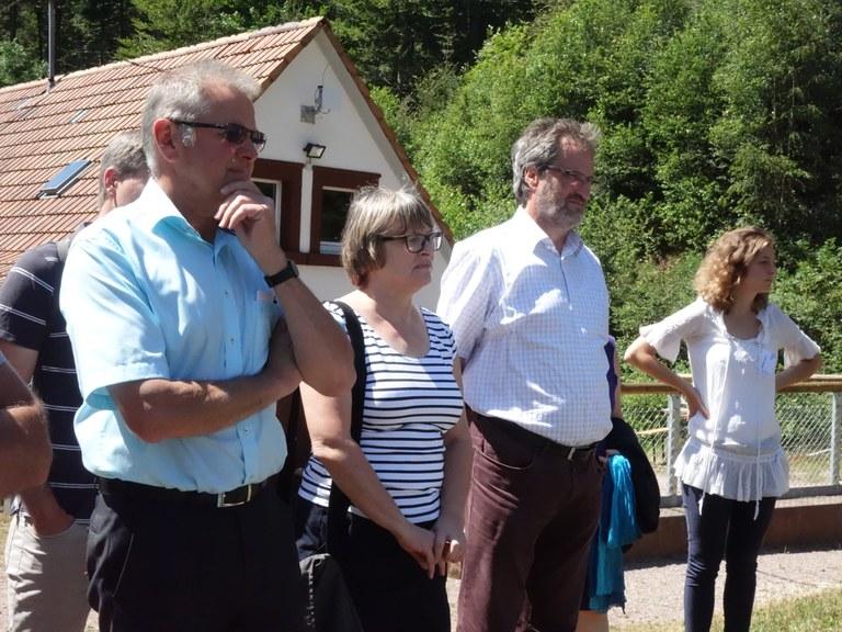 Ortsbürgermeister Herr Denny (2. v. r.) unter den Anwesenden