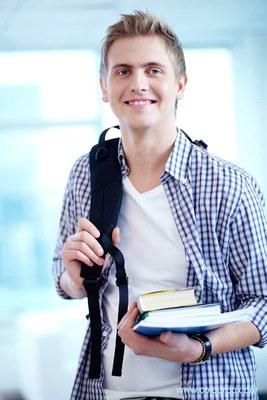 Hier sehen Sie eine Person, die Bücher in der Hand hält.