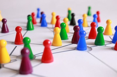 Hier sehen Sie ein Spielfeld mit Spielsteinen welches symbolisch für interdisziplinäres und vernetztes Denken steht.