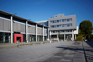 Blick über den Mikado-Platz mit Bibliothek am Campus Koblenz.