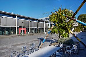 Blick über den Mikado-Platz zur Bibliothek am Campus Koblenz