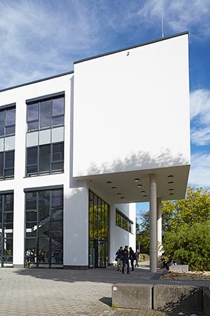 Blick auf Gebäude M, in dem Labore und Hörsäle untergebracht sind.