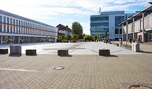 Blick auf den Mikado-Platz zwischen der Menseria und der Bibliothek auf dem Campus Koblenz.