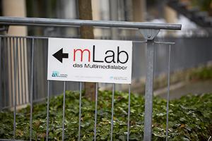 Hinweisschild zum Multimedialabor am Campus Koblenz