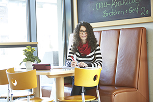 Studentin in der Cafeteria am Campus Koblenz