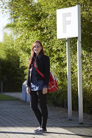 Studentin vor Gebäude F