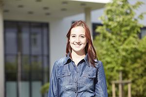 Studentin vor Gebäude M