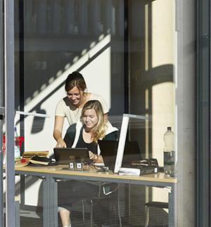 Studierende in der Bibliothek am Campus Koblenz