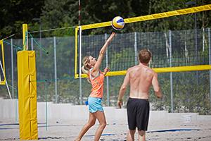 Studierende spielen Beachvolleyball am Campus Landau.