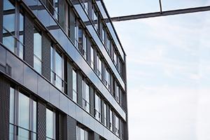 Blick auf die Fensterfront des Gebäude K am Campus Landau