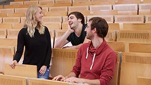 Studierende unterhalten sich im Hörsaal am Campus Landau